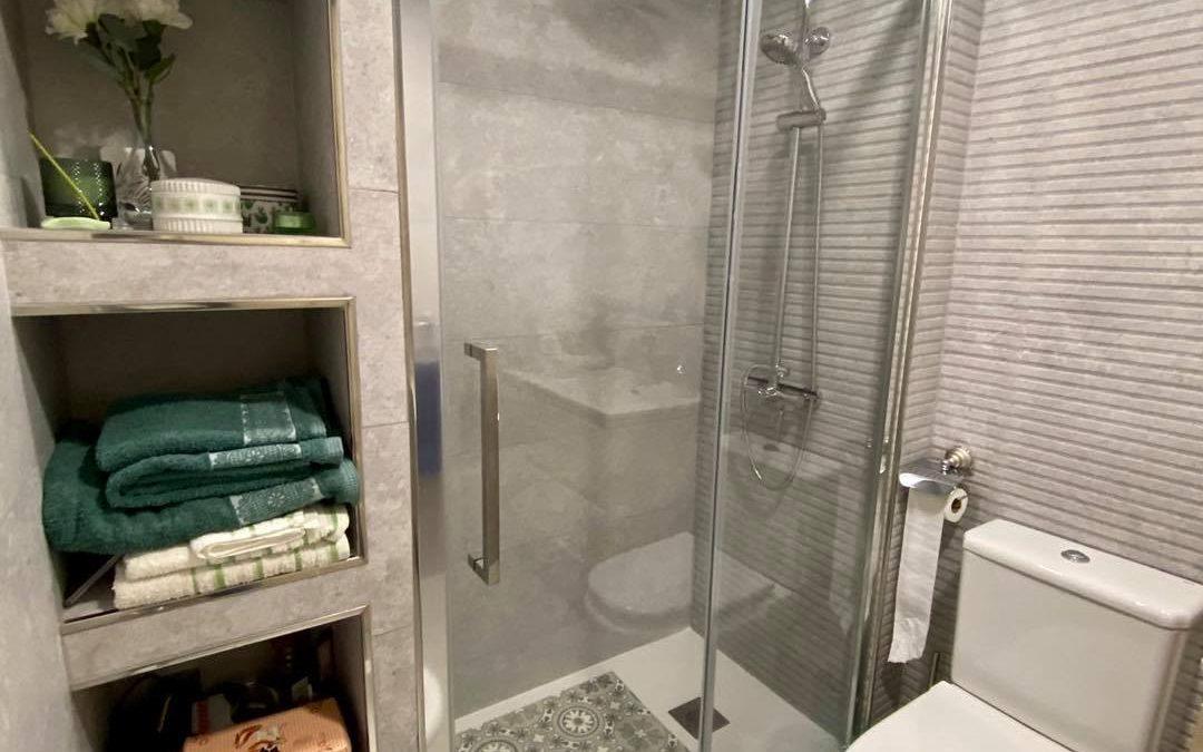 Reforma tu baño y convierte en un espacio moderno con lo último en acabados y materiales.  