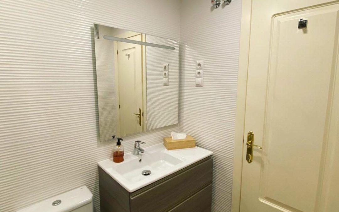 Tú también puedes convertir tu baño antiguo en un espacio totalmente nuevo y moderno con los últimos acabados