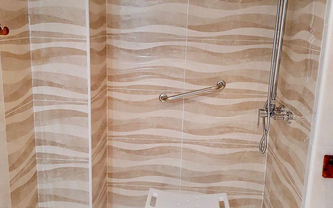 En un baño antiguo se ha sustituido la bañera por una zona de ducha, ideal para personas con poca movilidad.