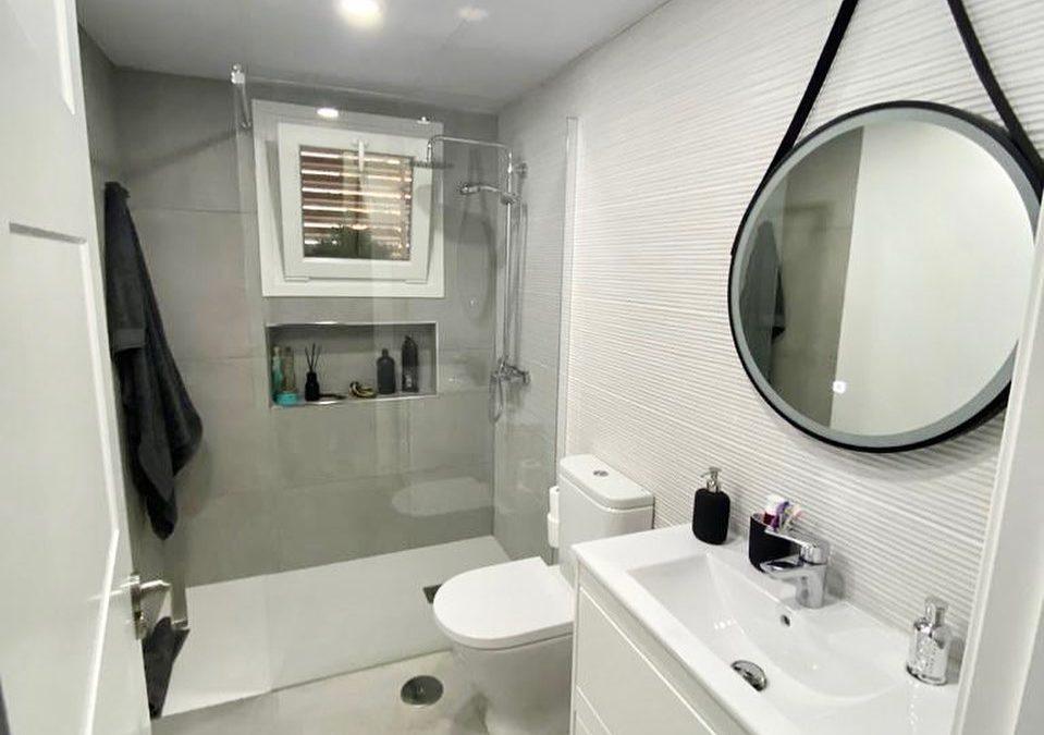 Un baño pequeño, sencillo, elegante y funcional. Buenos materiales y acabados.